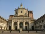 De schitterende San Lorenzo alle Colonne basiliek (4de eeuw) omvat een hoofdgebouw met een koepel en verschillende ermee verbonden bijgebouwen uit verschillende perioden. Voor de basiliek staan 16 Korinthische zuilen.