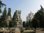 Het lijkt erop dat de welgestelde families van Milaan elkaar probeerden te overtroeven door het bouwen van grootse graftombes en praalgraven op de Cimitero Monumentale. Het lijkt echt op een openluchtmuseum.