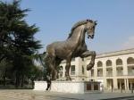 Voor de hippodroom staat een 7.3 m hoog bronzen paard. Het werd door Amerika geschonken aan Milaan als een eerbetoon aan Leonardo da Vinci. Het is gebaseerd op de originele schetsen van de meester.