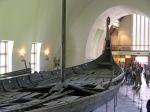 Het Oseberg vikingschip in het Viking museum van Oslo.
