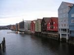 De pakhuizen aan de Nidelva rivier in Trondheim.