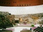 De rotskerk in Helsinki is in een rotsheuvel gebouwd; de bovenkant afgedekt met een koepel van glas en koper. De wanden van de kerk bestaan uit onafgewerkte rotsen.