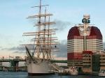 De viermaster Barque Viking in de haven van Goteborg. Ernaast de Lila Blommen, een modern flatgebouw bijgenaamd The Lipstick.