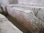 Mooie gekleurde friezen met antropomorfe figuren in de Piramide van de Maan
