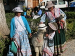 De locals lokken de toeristen in Chivay