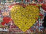 De John Lennon Vredesclub verzamelt hier ieder jaar aan deze muur om Beatles liedjes te zingen en teksten te declameren