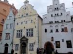 Deze middeleeuwse gebouwen met hun gevels dicht bij elkaar worden de 'Drie Gebroeders' genoemd. Tegenwoordig huist hier een druk bezocht architectuur museum omdat de middeleeuwse bouwstructuren hier nog mooi bewaard zijn gebleven.