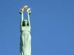 Het Vrijheidsmonument met op de 42m hoge zuil het Letse meisje Milda die drie sterren in de lucht houdt. Die staan voor de 3 Letse provincies. Dit monument is voor de Letten van grote nationale betekenis.