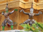 De chedi's van de tempel van de Smaragden Boeddha worden ondersteund door figuren uit de Ramakien, het Thaise epos over goed en kwaad.