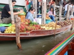 Damnoen Saduak is de bekendste drijvende markt van Thailand. Het is zo druk dat er nauwelijks plaats is om te varen.