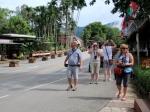 Op weg naar de Koninklijke Villa  Doi Tung van de prinses-moeder (moeder van de onlangs overleden geliefde koning Bhumibol)