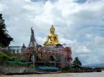 De Gouden Driehoek met het drielandenpunt, waar Thailand, Myanmar en Laos elkaar langs de brede Mekong rivier ontmoeten.
