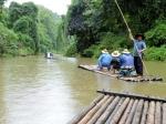 We raften geluidloos op bamboevlotten langs het dichte teakwoud op de rustige Ping rivier.