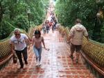 Je bereikt de Wat Phrathat Doi Suthep via een 200 treden tellende steile nagatrap, of je neemt de cable car.