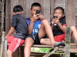 De  Karen zijn de grootste etnische groep (650.000) in Thailand. De jeugd geniet blijkbaar ook reeds van de moderne technologie.