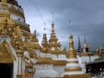 Vlak naast het Chong Kham meer liggen de Wat Chong Kham en Wat Chong Klang tweeling tempels.