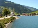 Het meer van Uzungöl ligt zo'n 100 kilometer ten zuidoosten van Trabzon. Alle huizen zijn afgewerkt met hout, om het authentieke karakter te behouden.