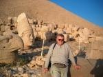Nemrut Dagi : grafheuvel met kolossale stenen sculpturen, geflankeerd door leeuwen, adelaars en verscheidene Griekse, Armeense en Perzische goden.