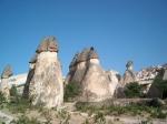 Cappadocië bestaat uit tufsteen en kalksteen. Doordat deze met een andere snelheid eroderen, is een bijzonder eigenaardig en grillig landschap ontstaan.