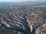 Deze erosie is bijzonder goed te zien vanuit de lucht. Een ballonvaart over dit gebied is niet goedkoop, maar een echte aanrader !