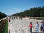 De toegang tot het mausoleum is een 262 m lange laan, geflankeerd door 24 leeuwen, gebeeldhouwd in de stijl van de Hititten.