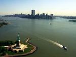 De New York City skyline (pre 9/11) met het vrijheidsbeeld op de voorgrond.