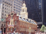 Het Old State House werd gebouwd in 1713 en is het oudste nog bestaande openbare gebouw in Boston en de zetel van de eerste democratisch gekozen regering van de Nieuwe Wereld.