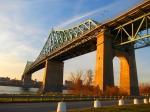De Jacques Cartier brug over de Sint Laurencerivier, genaamd naar de Franse ontdekkingsreiziger die deze baai en rivier in 1534 ontdekte.