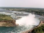 Het verval van de watervallen is niet groot, gemiddeld 60 meter, maar de breedte en de hoeveelheid water die de Niagarawatervallen passeert, maken ze tot een spektakel.