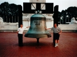 Liberty Bell is een van de meest bekende symbolen van de Amerikaanse Onafhankelijkheidsoorlog. De originele staat in Philadelphia. Effevee en BeeGee staan bij een replica aan Union Station in Washington.