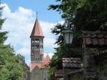 De markante zeshoekige toren van de Benedictijnse abdij Saint-Maurice domineert het dal van Clervaux.
