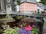 Monschau kende een ongekende bloei door het opkomen van de lakenindustrie in de 17de eeuw. De inkomsten van het toerisme worden deels gebruikt om al dat moois perfect te onderhouden.