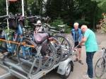 Het fietsavontuur is voorbij en we helpen de fietsen stouwen op de trailer van taxi Reinders voor de terugtocht naar Maastricht.