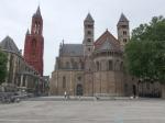 De Sint Janskerk en de Sint Servaasbasiliek aan het Vrijthof plein in het bruisende hart van Maastricht.