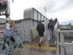 Deze Sint Servaas ophaalbrug is de oudste van Nederland. Voetgangers en fietsers kunnen bij een opgehaalde brug toch nog oversteken.