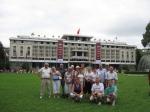 Groepsfoto aan het Paleis van de Hereniging (Saigon)