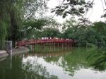 The Huc of zonnestraalbrug in het meer Hoan Kiem (Hanoi)