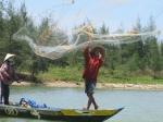 Vissen met werpnet op de Thu Bon rivier (Hoi An)