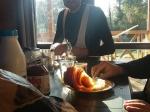 Een gouden croissantje van onze vriendelijke bakkersvrouw met het hoge piepstemmetje.