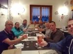 We toosten in het restaurant van camping Les Bouleaux op de goede afloop van het fietsavontuur.