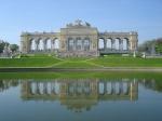 De kroon op het park is de Gloriette, een neo-klassiek bouwwerk met zuilengang dat bovenop de top van de Schönbrunn heuvel prijkt.