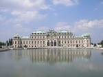 Twee barokke paleizen, het Unteres en Oberes Belvedere, staan tegenover elkaar aan weerzijden van een hellend park versierd met fonteinen, standbeelden en cascades.