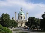 De magnifieke Karlskirche, een barokke kerk die in 1713 werd ontworpen in opdracht van keizer Karel VI, kijkt uit over Resselpark.