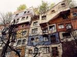 Hundertwasserhaus is een kleurrijk complex van sociale appartementen dat ontworpen werd door de Oostenrijkse kunstenaar Friedensreich Hundertwasser.