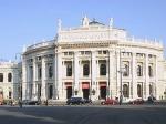Het Burgtheater is gehuisvest in een magnifiek gebouw aan de Ringstrasse, recht tegenover het stadhuis.