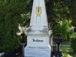 De beroemdste inwoners van Wenen worden hier begraven. Op deze foto het graf van Beethoven.