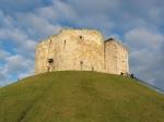Clifford's Tower is een overblijfsel van een 11de eeuwse versterking van de Normandiërs.