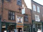 De Merchant Adventurers' Hall is een middeleeuws gildehuis die werd opgericht door het broederschap Guild of Our Lord Jesus and the Blessed Virgin Mary.