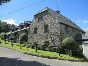 In Brownsmills vond in 1601 de slag van Kinsale plaats tussen de Ieren en de Engelsen.