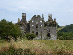 De ruïne van een versterkt huis uit 1616 in Coppingers Court.